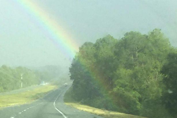 虹の端をとらえた画像が海外で話題に。